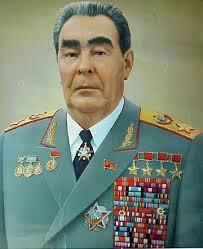 En retuscherad och åldrad Brezjnev med ett axplock av alla sina älskade medaljer och dekorationer.