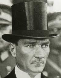 Kemal Mustafa Ataturk i stilenlig, europeisk hatt.
